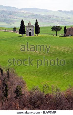 Die einsamen Santa Maria di Vitaleta-Kapelle in der grünen toskanischen Landschaft, Pienza, Toskana, Italien - Stockfoto