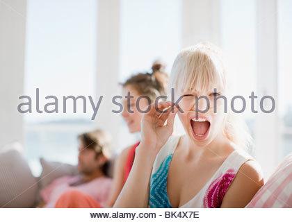 Frau Gesicht und hält Haar über Lippe - Stockfoto