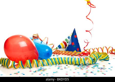 Party-Deko - Konfetti, Luftschlangen, Luftballons, Partyhüte - Stockfoto