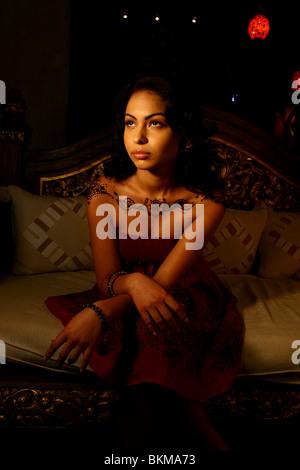 Porträt von Frau gemalt mit modernem Henna Design auf ihren Schultern. - Stockfoto