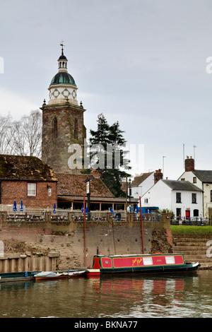 Der Fluss Severn und Pepperpot Kirchturm, jetzt verwendet als ein Heritage Center in Upton auf Severn, Worcestershire, - Stockfoto