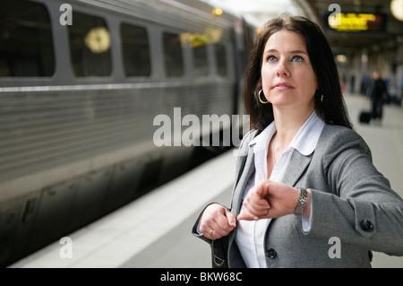Überprüfen der Zeit Frau - Stockfoto