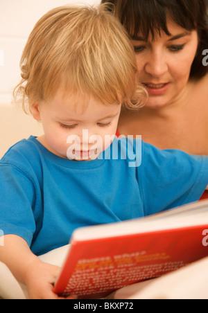 Nahaufnahme einer Frau mit einem Kind eine gute-Nacht-Geschichte lesen - Stockfoto