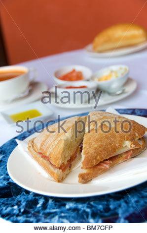 Bocadilla mit Serrano-Schinken, Ziegenkäse und Gazpacho Suppe in San Roque Hotel Garachico Teneriffa Kanaren Spanien - Stockfoto