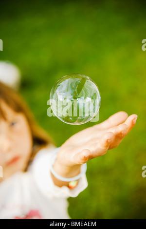 Hand f r kinder mit einer seifenblase stockfoto bild for Seifenblasen auf englisch