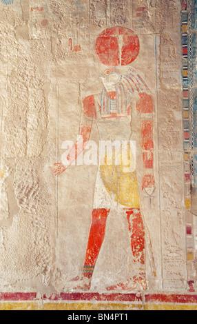 Bas Reliefschnitzen des Sonnengottes Ra, ein unter der Leitung von Falcon Gott mit einer Sonnenscheibe auf dem Kopf; - Stockfoto