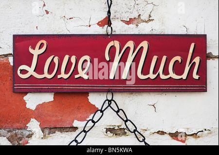 Sehr Liebe. Alte Metall Garten Zeichen auf eine bemalte Mauer - Stockfoto