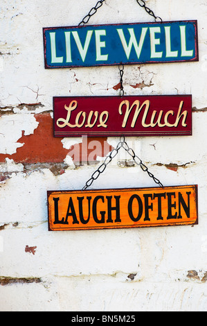 Leben Sie, lieben Sie, lachen Sie, alten Garten Blechschilder auf eine bemalte Mauer - Stockfoto