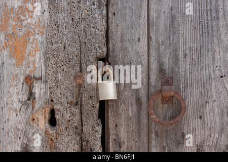 Alte Holzbretter Tür verriegelt mit rostigen Nägeln - Stockfoto