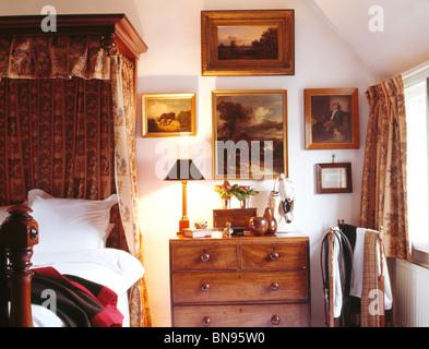 Elegant ... Sammlung Von Alten Ölgemälden über Kommode Neben Halb Tester Bett Im  Traditionellen Landhausstil Schlafzimmer