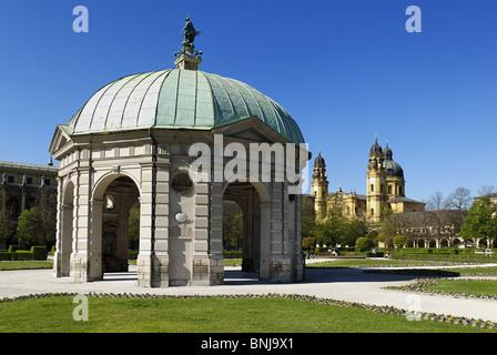Pavillon Hofgarten Theatinerkirche München Bayern Deutschland Altstadt Architektur mehr blauer Himmel Europa Barockgarten - Stockfoto