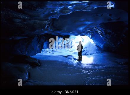 Person im Eishöhle Spencer Gletscher Kenai-Halbinsel AK Winter - Stockfoto