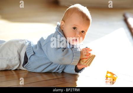 Ein Baby krabbeln - Stockfoto