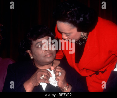 Coretta Scott King (R) Witwe von Martin Luther King Jr. spricht mit Betty Shabazz (L), Witwe von Malcolm X in New - Stockfoto