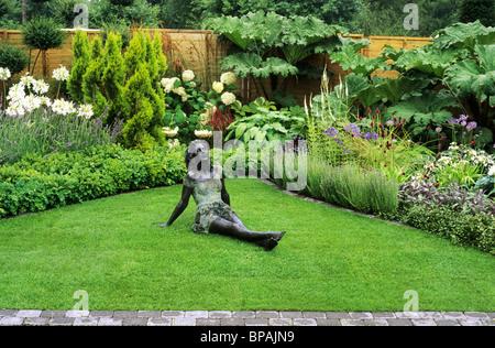 Garten mit Bronzefigur, Sandringham Flower Show, Kleingärten Designer sieben Hektar Gartengestaltung Rasen Rasen - Stockfoto