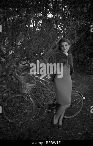 Mädchen mit dem Fahrrad in einem Jahrgang 1940-Stil - Stockfoto