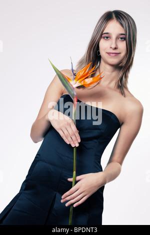 Junge Frau Holding strelitzia - Stockfoto