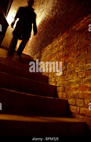 Silhouette Mann Treppen hinunter - Stockfoto