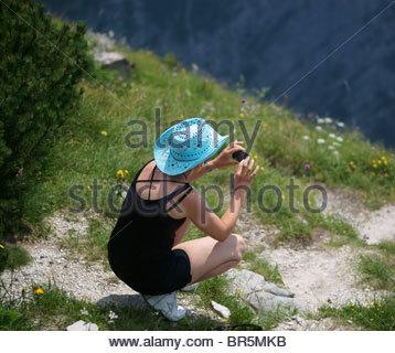 Fotografieren mit einer digitalen kompakte BRIDGE-Digitalkamera - Frau in der Natur mit Kamera - Stockfoto