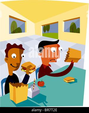Zwei Jungen aus ihrer Lunchtüten Essen - Stockfoto