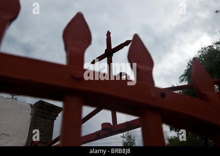 Ein Kreuz auf ein Tor, eine griechisch-orthodoxe Kirche auf der Insel Paxos. - Stockfoto