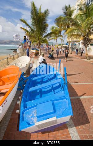 Angelboote/Fischerboote auf der Avenida Las Canteras Strand in Las Palmas de Gran Canaria. - Stockfoto