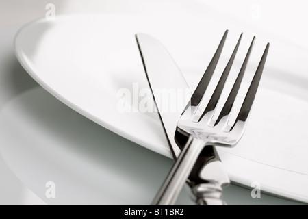 Abendessen-Teller, Messer und Gabel-Besteck - Stockfoto