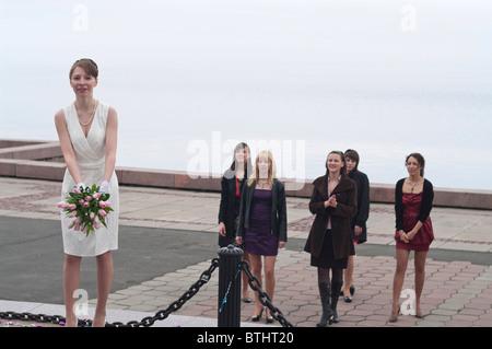 Braut den Strauß wieder über den Rücken zu werfen. Brautjungfern, die Blumen, laufen bis zu den Mädchen zu fangen - Stockfoto