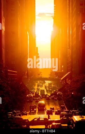 Blick auf den Sonnenuntergang von 42nd Street im Sommer, New York City. - Stockfoto