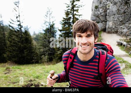 Mann zu Fuß auf Bergweg - Stockfoto