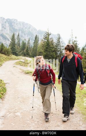 Paare, die auf Bergweg - Stockfoto