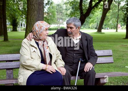 Ältere Menschen Ehepaar türkischen auf einer Parkbank, Herne, Deutschland - Stockfoto