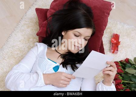 Junge Frau liest einen Liebesbrief - Stockfoto