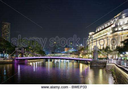 Boat Quay am Singapore River in der Nacht mit Fullerton Hotel und beleuchtet Cavenagh Brücke, Singapur, Südostasien, - Stockfoto