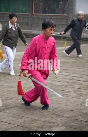 Chinesische Frau ein Schwert hält und Durchführung von Tai Chi, Xi ' an, China - Stockfoto