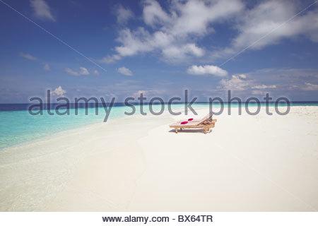 Zwei Liegestühle am tropischen Strand, Malediven, Indischer Ozean, Asien - Stockfoto
