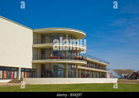 Outdoor-Bühne für Aufführungen und Außenarchitektur, De La Warr Pavilion, Bexhill am Meer, East Sussex, England, - Stockfoto
