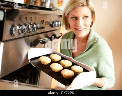Frau Backen Mince pies - Stockfoto