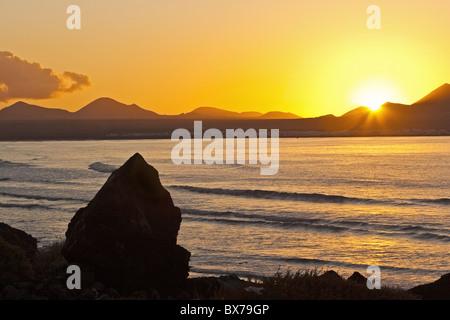 Sonnenuntergang über der Bucht am Famara, Lanzarote, Kanarische Inseln, Spanien - Stockfoto