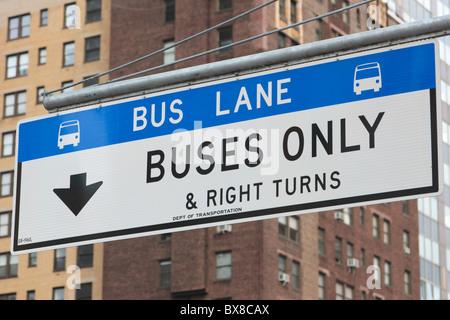 Ein Zeichen bezeichnet die Busspur in der 1st Avenue in Manhattan in New York City. - Stockfoto