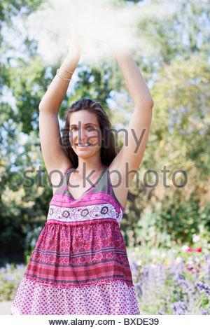 Lächelnde Frau mit Spiegel im park - Stockfoto