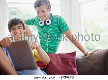 Lächelnden jungen im Teenageralter mit digital-Tablette zusammen - Stockfoto