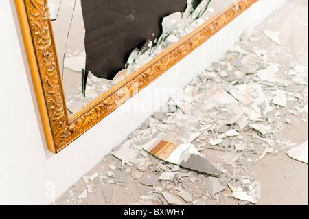 In st cke risse und gebrochene glas auf schwarzem for Spiegel zerbrochen