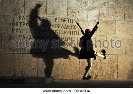 """""""Evzones"""" Soldat in traditioneller Uniform dabei eine aufwendige martial marschierende Routine beim Wechsel der - Stockfoto"""
