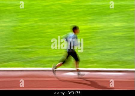 Mann läuft Bewegungsunschärfe schwenken - Stockfoto
