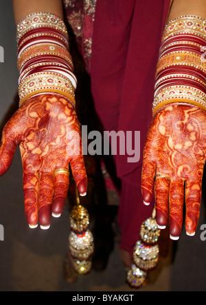 Henna Hände indische Braut mit traditionellen Armreifen - Stockfoto