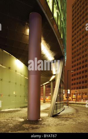 DB Tower und Kollhoff-Tower in den Rücken, Potsdamer Platz, Berlin, Deutschland, Europa - Stockfoto