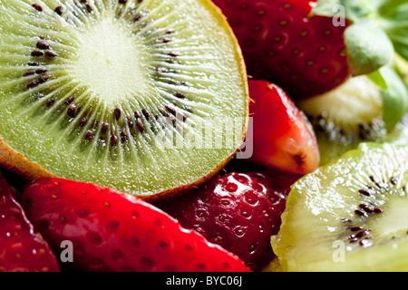 Kiwi mit Erdbeeren - Stockfoto