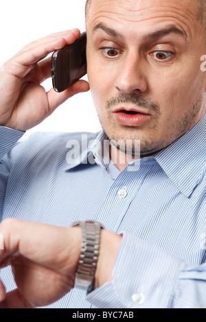 Junger Geschäftsmann besorgt Blick auf seine Armbanduhr - Stockfoto