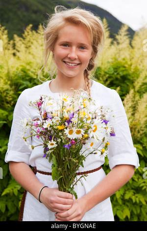 Porträt des Mädchens mit Blumenstrauß - Stockfoto